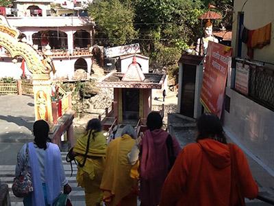 Shree-Maa-Swamiji-Entering-Tapkeswar400x300